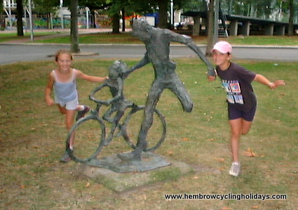 Fietsles (cycling lesson) statue in Groningen